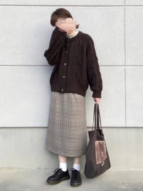 GUのケーブルコクーンカーディガン(Mサイズ)を着た女性