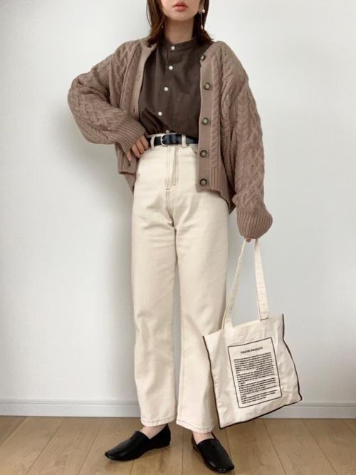 GUのケーブルコクーンカーディガン(Lサイズ)を着た女性